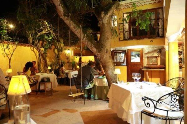 Outdoor courtyard at La Villa Mahana